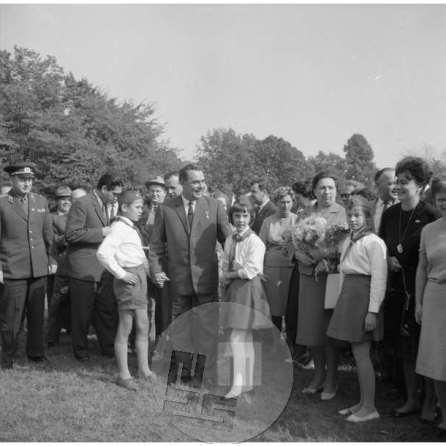 Sovjetski voditelj Leonid Brežnjev s spremstvom in pionirji, Ljubljana, 1962.