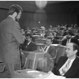 TS 22491 - 47, Padec prve demokratično izvoljene vlade. Dotedanji predsednik vlade Lojze Peterle, odhaja iz skupščinske dvorane mimo novega predsednika dr. Janeza Drnovška.