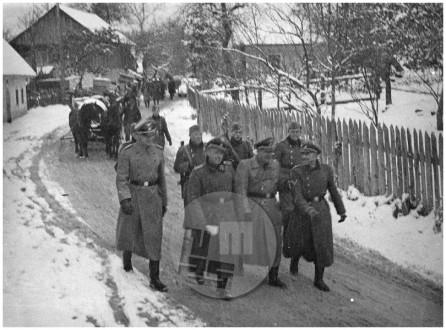 166: SS-Sturmbannführer Wilhelm Laforce na čelu kolone kočevskih Nemcev, Krško, 15. 11. 1941, foto Veit.