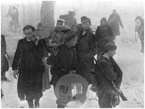 1734: Pohod 14. divizije na Štajersko, prenos ranjencev na Paškem Kozjaku, 19. 2. 1944, foto Jože Petek.
