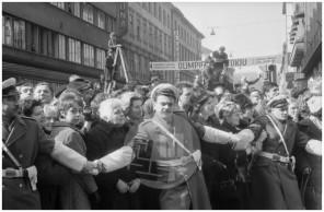 Množica, zbrana v centru Ljubljane, da bi pozdravila poročne pare iz raznih držav, ki so se prišli poročit v Ljubljano na prvo kmečko ohcet, 8. 3. 1966.