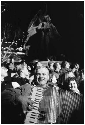 TS 231290-41, Veselje ob razglasitvi rezultatov plebiscita o samostojnosti in neodvisnosti Slovenije, Ljubljana, 23. 12. 1990.
