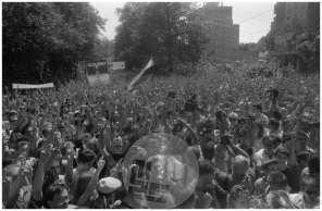 Množica podpira obtoženo četverico (Janšo, Borštnerja, Tasića in Zavrla) pred vojaškim sodiščem, Roška cesta v Ljubljani, 1988, foto Nace Bizilj.