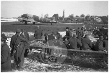 624-7: Evakuacija ranjencev iz različnih bolnic po Sloveniji s partizanskega letališča v Beli Krajini v Bari v Italijo, 1945.