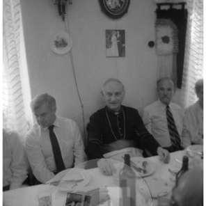 Milan Kučan, nadškof Alojzij Šuštar in France Bučar po spravni slovesnosti ob množičnem grobišču Pod Krenom v Kočevskem Rogu, 1990.