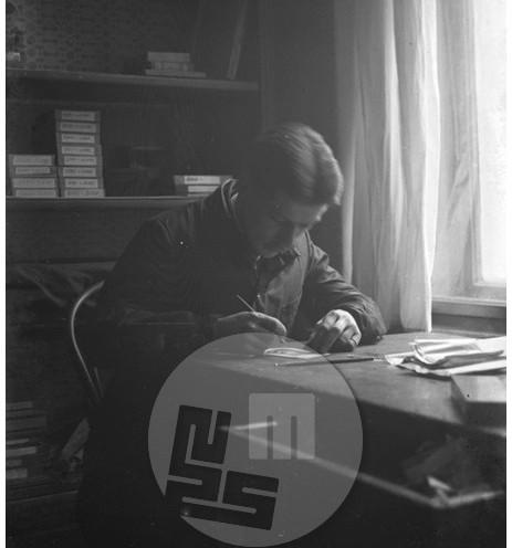 Lampič privat_067: V ateljeju Avgusta Bertholda, film 6x4,5 cm, družinski arhiv.