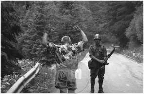 Nemški turist pred vojakom JLA v času vojne za obrambo samostojne Slovenije, Jezersko, 1991.