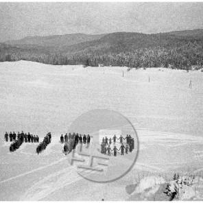 957_7: Zgodovinski posnetek z učenci partizanske učiteljice Nade Vreček iz Trave, ki so s svojimi telesi oblikovali edinstveno čestitko Titu, vrhovnemu poveljniku partizanskih enot, pozimi 1944.