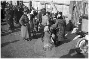 Di14: Slovenski izseljenci v taborišču v Rajhenburgu / Brestanici, 8. 11. 1941, foto Veit.