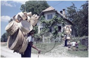 EPc1742_4: Krošnjarja ponujata suho robo, reklamna fotografija za motor Tomos, julij 1965, foto Bogo Primožič.