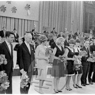 es-28-20: Pevci in dirigenti, ki so nastopili na Slovenski popevki l. 1966. Z leve: dirigenti Mario Rijavec, Jože Privšek in Bojan Adamič in pevci: Elda Viler, Majda Sepe, Mira Polanc, Alenka Pinterič, Stane Mancini, Lado Leskovar, Lidija Kodrič, Marjana Deržaj, Frenk Centa in Berta Ambrož (ni vidna na posnetku).