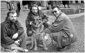 ES-296-11: Od desne proti levi: novinar Ivo Štandeker le dva meseca pred svojo smrtjo s svojim psom Runom in fotoreporterja, Diego Andrés Goméz in Tone Stojko. Iva Štandekerja je med poročanjem z bojišča v Bosni 16. 6. 1992 smrtno zadela granata. Ljubljana, april 1992.