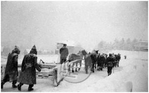 ES-333-1: Pluženje snega v zgodnjih jutranjih urah v Škofji Loki januarja 1958.