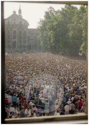 ES-351-4: Na Kongresnem trgu v Ljubljani se je 21. junija 1988 zbrala več desettisočglava množica v podporo četverici.