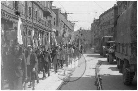 FS2101_14a: Manifestacije ob osvoboditvi Trsta, 4. 5. 1945, foto Drago Vidmar.