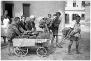 FS2585_16: Razdeljevanje kruha šolski mladini, Ljubljana, 30. 6. 1945, foto Milan Kranjc.