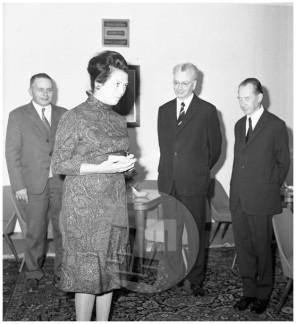 FS4370_2: Podelitev odlikovanja Miri Mihelič na Izvršnem svetu Socialistične Republike Slovenije, 10. 10. 1972, foto Vladimir Čuk .