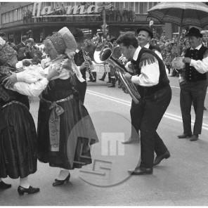 Veselo rajanje ob harmoniki Lojzeta Slaka na kmečki ohceti v Ljubljani, 18. 5. 1968.