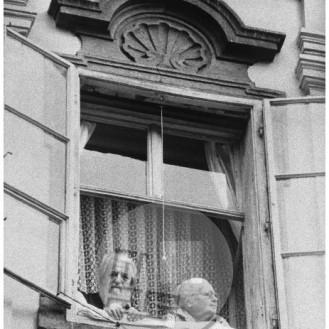 Kmečko ohcet sta si z domačega okna ogledala tudi slikar Božidar Jakac in njegova žena Tatjana, Ljubljana, 28. junij 1978.