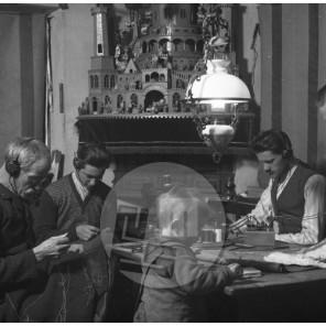 LP2936: V Lampičevi krojaški delavnici, 1929, steklena plošča 10x15 cm.