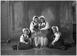 LP7259: Dekleta v koroških narodnih nošah, 1941, steklena plošča 12x16 cm.