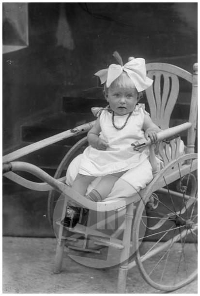 LP785: Zatlerjeva punčka, 1923, steklena plošča 15x10 cm.