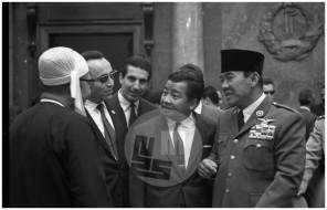 MŠ310_11: Zasedanje neuvrščenih v Beogradu od 1. do 6. septembra 1961, v pogovoru burmanski predsednik vlade U Nu, alžirski voditelj Benyoucef Benkhedda, kamboški princ Norodom Sihanouk in predsednik Indonezije Ahmed Sukarno.