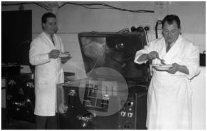 MŠ70_12: Kuharski mojster Ivan Ivačič preizkuša kuhalne infra aparate, Ljubljana, 1959.