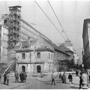 MC610304-6: Podiranje stare hiše na nekdanji Titovi cesti v Ljubljani, 16. 3. 1961.