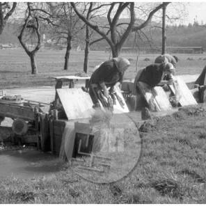 MC610400_: Perice iz Bizovika perejo perilo Ljubljančanov, ki so ga vsak teden prevažale s cizami, april 1961.