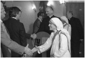 MC800600_13: Obisk misijonarke in Nobelove nagrajenke matere Terezije v Ljubljani, junij 1980.