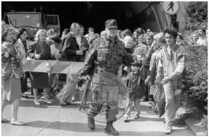 MC910601_10: Vojna za Slovenijo - ponedeljek, 29. junij 1991: strah pred bombnim napadom – množica pred zakloniščem v predoru pod ljubljanskim gradom.