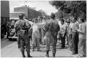 MC910604_5: Vojna za Slovenijo – pogajanja teritorialcev s šoferji tovornjakov na Dolenjski cesti v Ljubljani, 29. 6. 1991.