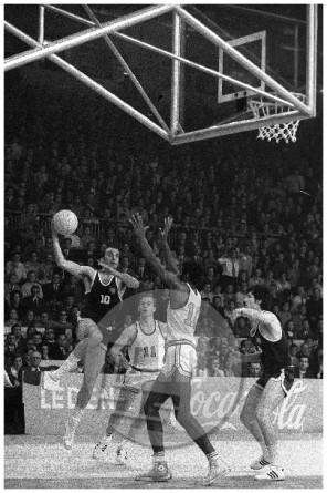 DE: Košarkarska tekma med Jugoslavijo in ZDA na svetovnem prvenstvu v Ljubljani 23. 5. 1970: odločilni met Iva Daneua, kapetana jugoslovanske reprezentance, ki je našim zagotovil prvi naslov svetovnih prvakov.
