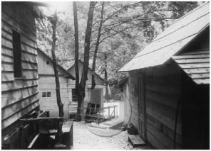 SJ108_18: Barake bolnice Franja v centralnem delu naselja s pogledom proti jugu, dolina Pasice, 15.–31. maj 1945.