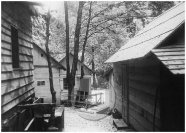 Barake bolnice Franja v centralnem delu naselja s pogledom proti jugu, dolina Pasice, 15.–31. maj 1945.