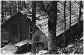 Bolnica Pavla. Velika baraka, verjetno za ranjence, Trnovski gozd, 15.–31. maj 1945.