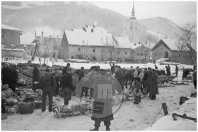 Pred gasilnim domom v Cerknem je bil zbirni center za material, ki so ga zavezniki odvrgli z letal, 23. januarja 1945.