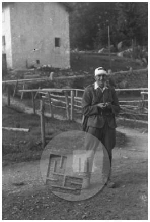SJ31_16: Okrevajoči fotograf Edi Šelhaus se je na svoji poti v Belo Krajino ustavil na Lokvah, september 1944.