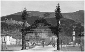 Slavolok v Vipavski dolini, postavljen z namenom, da bi članom zavezniške komisije pokazali, da tod živijo izključno Slovenci, 1946.
