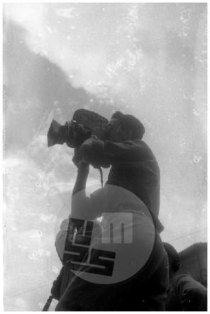 SJ33_13: Nepregledno množico in dogajanje na prvomajski proslavi v Trstu je posnel tudi fotoreporter Edi Šelhaus, 1. maj 1946.