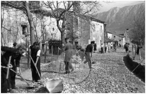 Udarniško posipavanje vaške ceste, Orehovica (Podnanos), 1946.
