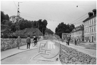 Demontaža tramvajskih tračnic v Šiški na Celovški cesti v Ljubljani, 17. julij 1960.