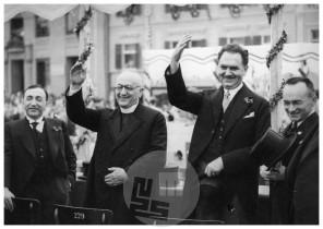 SL11438: Jugoslovanski ministri pozdravljajo množico na Glavnem trgu, drugi z leve je dr. Anton Korošec, na desni dr. Miha Krek, Maribor, 29. 6. 1936.
