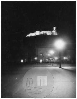 SL1950: Nočni posnetek, Kongresni trg, grad, Slovenska filharmonija, v njej je deloval od leta 1923 kino Matica.