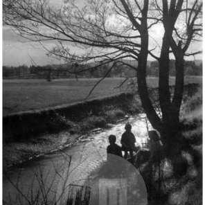 SL2187: Ob Glinščici. Otroci na obrežju.