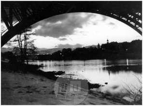 SL2378: Maribor zvečer. Pogled izpod mostu čez Dravo proti mestu.