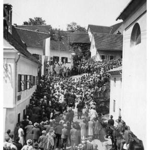 SL5555: Odkritje spominske plošče na rojstni hiši Ivana Cankarja, Vrhnika, 10. 8. 1930.