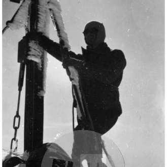SL5790: Škrlatica (2738 m): Križ na zasneženem vrhu Škrlatice.
