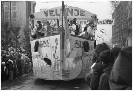 """DE7872_27; Nedelja, 25.2.1979: Ladja """"Velenje"""" na ulicah pustno obarvanega Velenja. Foto: Miško Kranjec."""